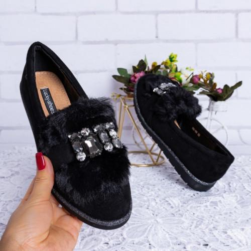 Melnas kurpes ar dekoru