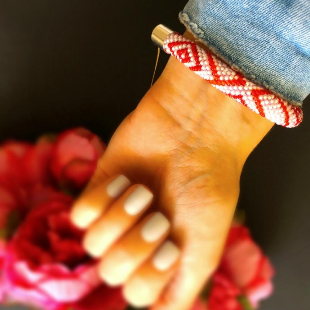 Pērļu rokassprādze, roku darbs - sarkanbalta