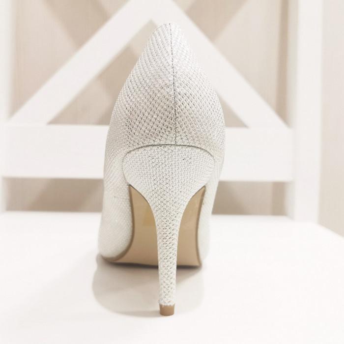Baltas augstpapēžu kurpes
