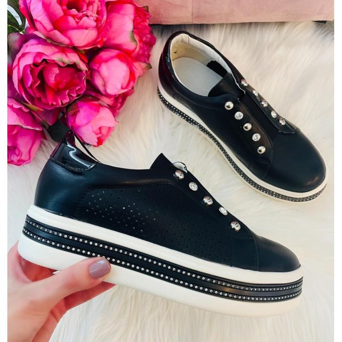 Melnas platformas kurpes ar dekoru
