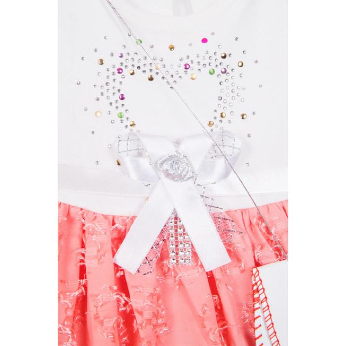Kleita ar kupliem svārkiem un somiņu