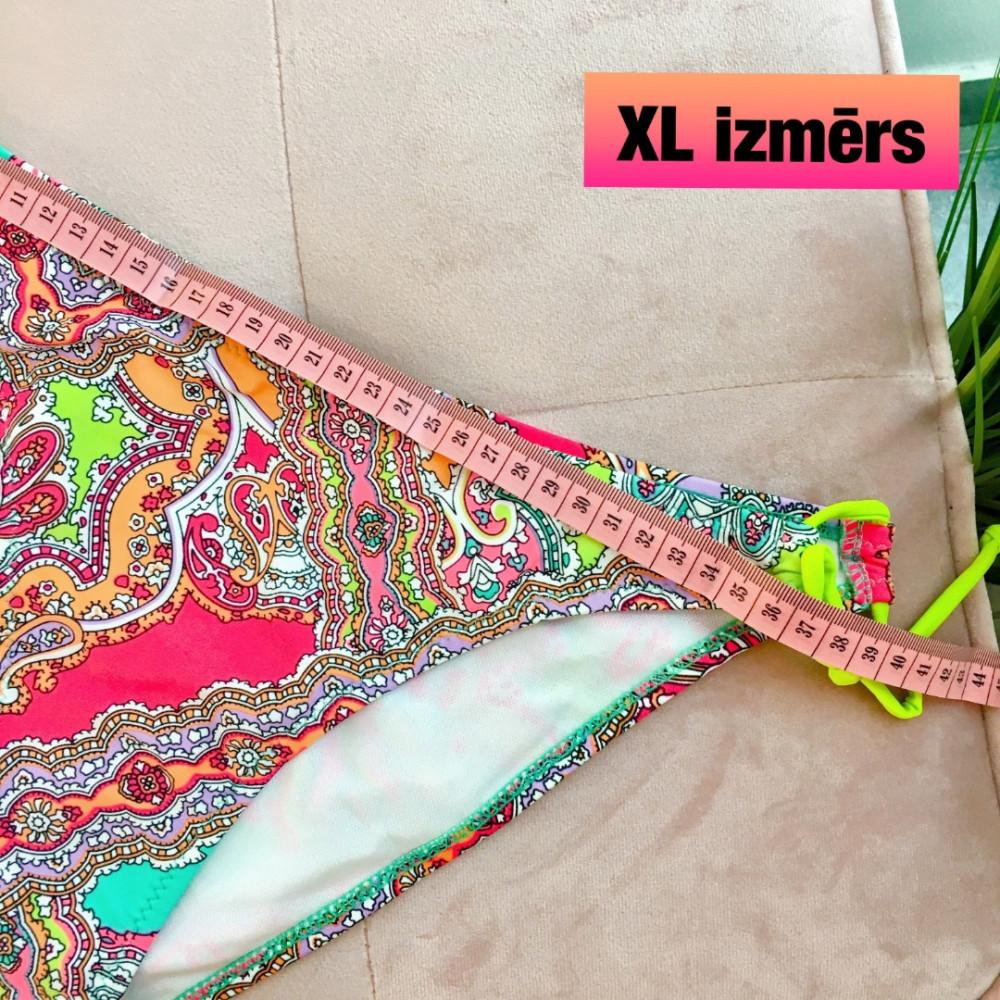Bikini ar pērlītēm un tropisku rakstu