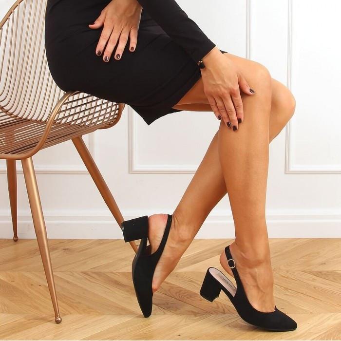 Melnas kurpes ar atvērtu papēdi