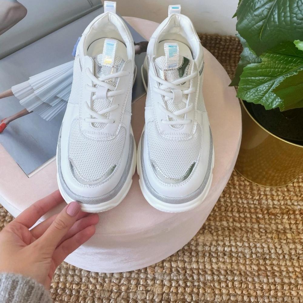 Balti sporta apavi ar sudrabotiem akcentiem